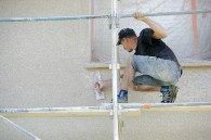 Artisan réalisant enduit façade