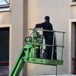 Artisan réalisant ravalement façade