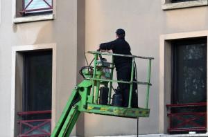 Artisan réalisant un ravalement de façade