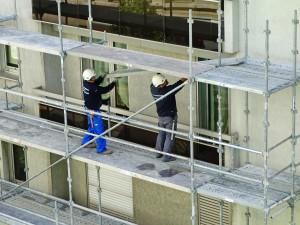 Artisans réalisant un ravalement de façade.