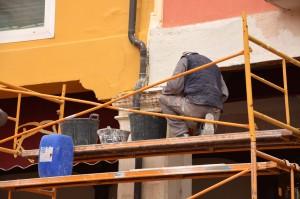 Artisan repeignant façade maison