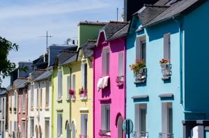 Façades maisons colorées.